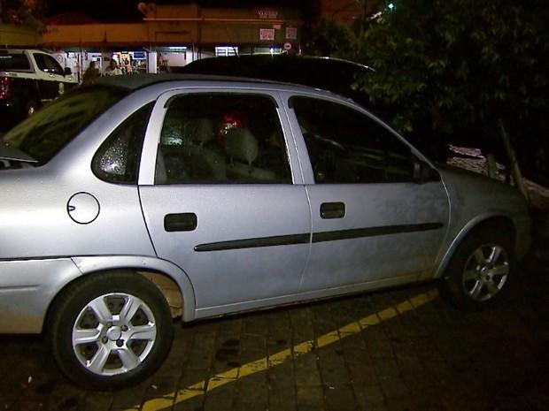 Carro usado pelos suspeitos foi apreendido no Jardim Antônio Palocci (Foto: Sérgio Oliveira/EPTV)