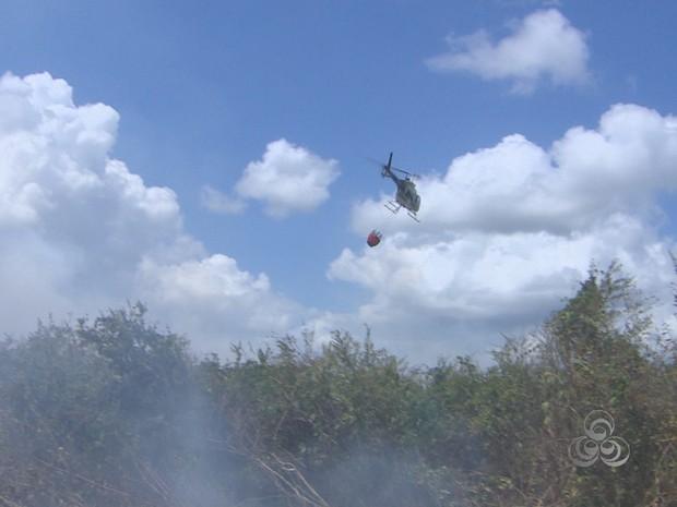 Um helicóptero do Ibama passa a auxiliar os brigadistas  (Foto: Reprodução/TV Amapá)