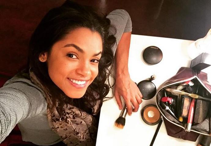 Lucy Alves revela que é simples em se tratando de vaidade; na foto, ela se prepara para entrar no palco em um musical (Foto: Arquivo Pessoal)