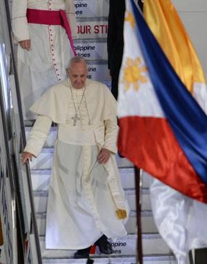 O Papa Francisco desembarca de seu avião após chegar a Manila, nas Filipinas, nesta quinta-feira (15) (Foto: Ted Aljibe/AFP)