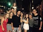 Grávida, Jéssica Costa leva Sandro Pedroso para jantar com os irmãos