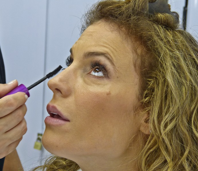 Maíra Charken passa rímel antes de entrar no ar no 'Vídeo Show' (Foto: Brunella Menezes / Gshow)