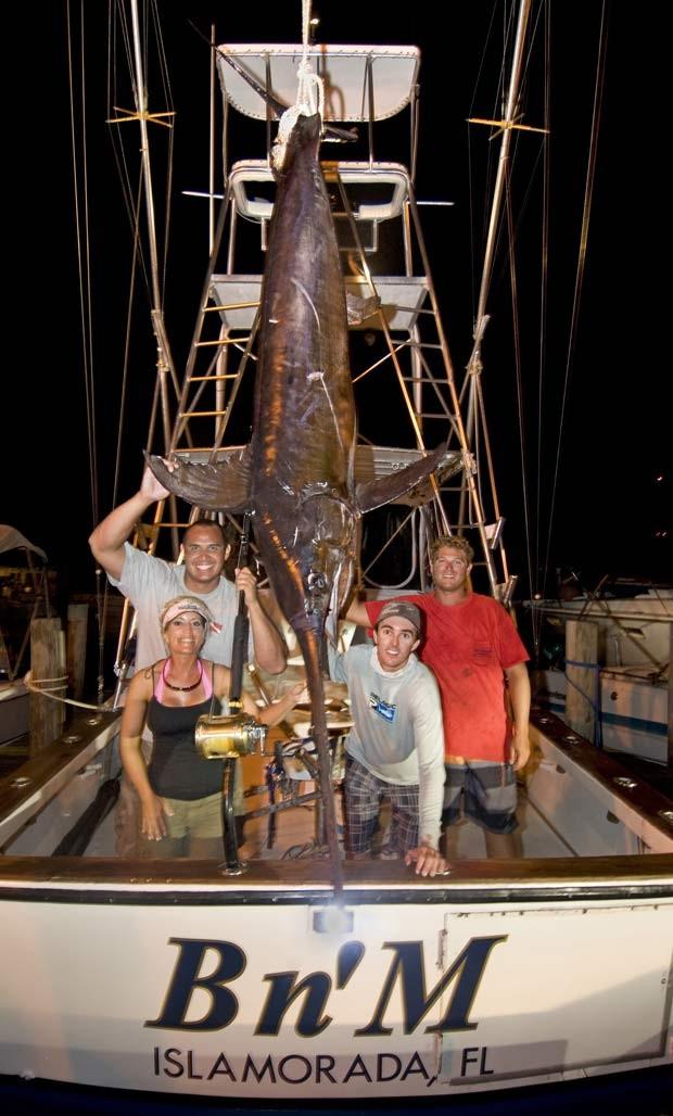 Durante uma pescaria com a mulher, o americano John White fisgou em setembro do ano passado um peixe-espada de 206 quilos, durante pescaria a cerca de 50 quilômetros ao sul de Islamorada, no estado da Flórida (EUA).  (Foto: Andy Newman/AP)