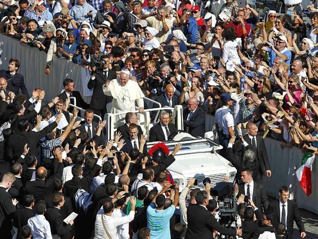 Papa Francisco cumprimentou os fiéis após beatificação de Paulo VI (Foto: Tony Gentile/Reuters)