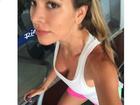 Ex-BBB Adriana usa decotão para malhar