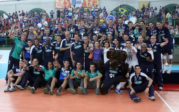 Jogadores e comissão técnica comemoram o tricampeonato (Foto: Divulgação / Site oficial do Sada Cruzeiro)
