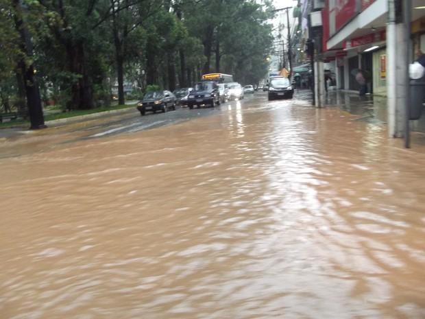 Centro de Nova Friburgo após chuva da manhã desta terça-feira (13) (Foto: Clara Pontes)