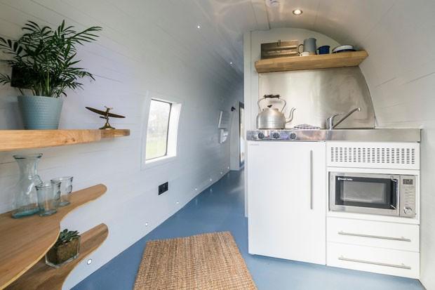 Helicóptero tem interior transformado em quarto de hotel. (Foto: Divulgação)