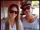 Sorridente, Bárbara Evans posa com o namorado, Mateus Verdelho