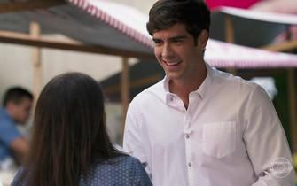 Felipe se oferece para ajudar Shirlei na feira