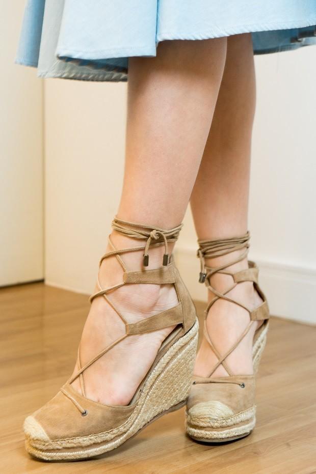 Segundo a figurinista RÔ Gonçalves, a personagem investe em sapatos e acessórios  (Foto: Raquel Cunha/TV Globo )
