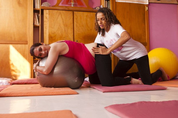 Quitéria Chagas com a grávida Helaine Marques Ginez (Foto: Anderson Barros/ EGO)