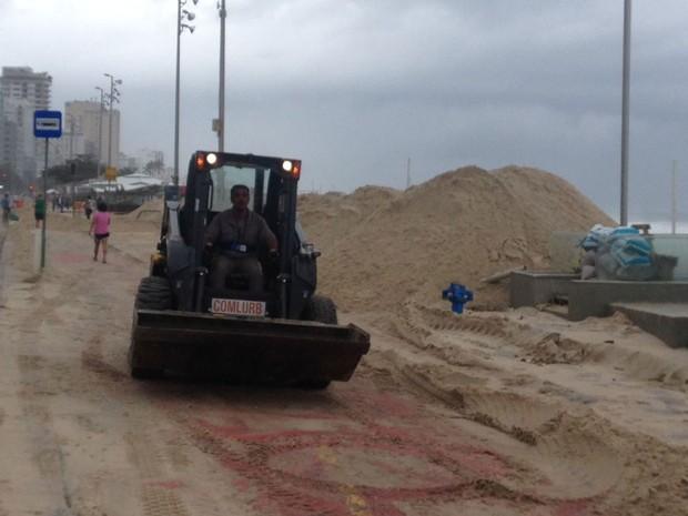 Tratores ajudavam no trabalho de retirada da areia do calçadão do Leblon (Foto: Débora Fonseca / G1 Rio)
