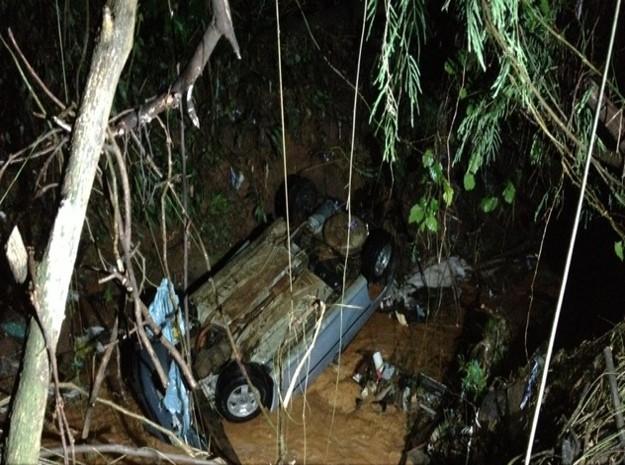 Carro foi arrastado pela correnteza; uma mulher está desaparecida (Foto: Luana Eid / G1)