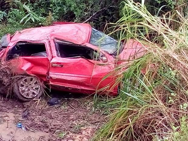 Um homem morreu e três pessoas ficaram feridas em um capotamento em Matinhos (Foto: Divulgação/Polícia Rodoviária Estadual)