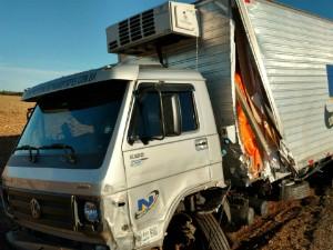 Colisão foi entre carro e caminhão (Foto: Edivaldo Braga/Blog Braga)