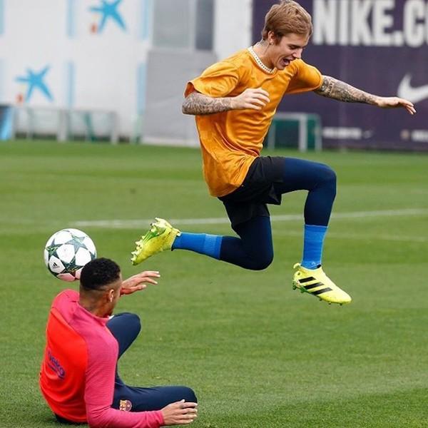 Neymar e Justin Bieber jogam futebol em Barcelona (Foto: Reprodução / Instagram)