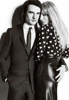 Sienna Miller aparece com 'mão boba' de noivo em campanha de moda