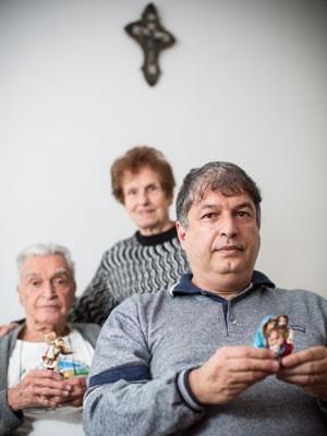 Lula Ramirez ao lado dos pais católicos em São Paulo (Foto: Raul Zito/G1)