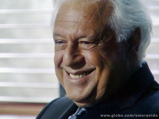 César não esconde o sorriso após a rasteira em Félix (Foto: Amor à Vida/TV Globo)