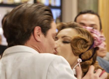 Leonora tasca beijo em Rômulo Neto e é expulsa de gravação