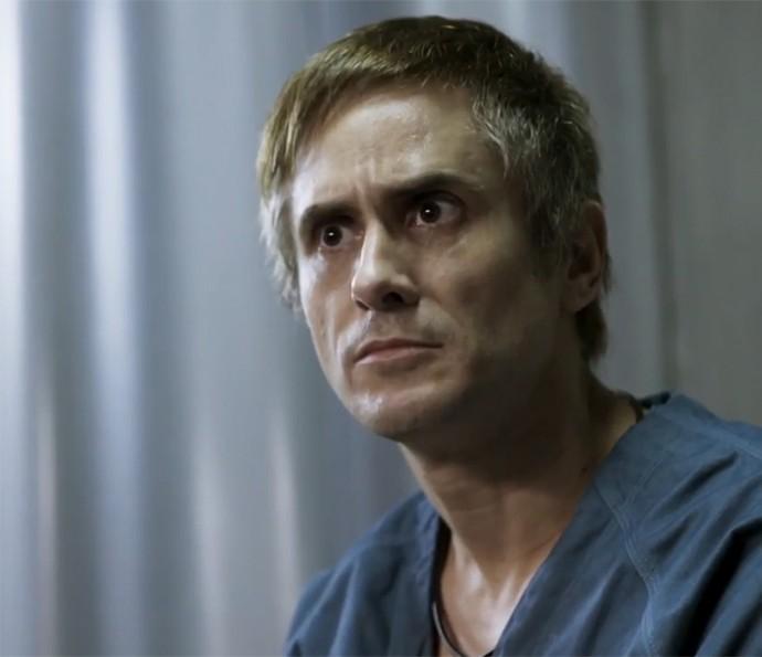 Nando também escuta choro e fica sem entender (Foto: TV Globo)