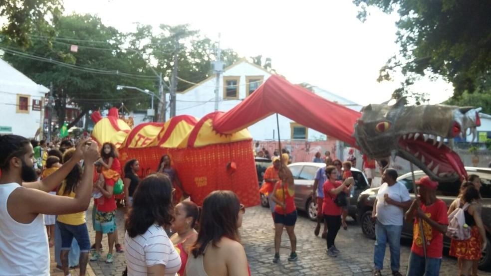 Dragão do bloco carnavalesco Eu Acho é Pouco desfilou pelas ruas de Olinda durante o evento 'Não me Venha com Indiretas' (Foto: Marina Meireles/G1)