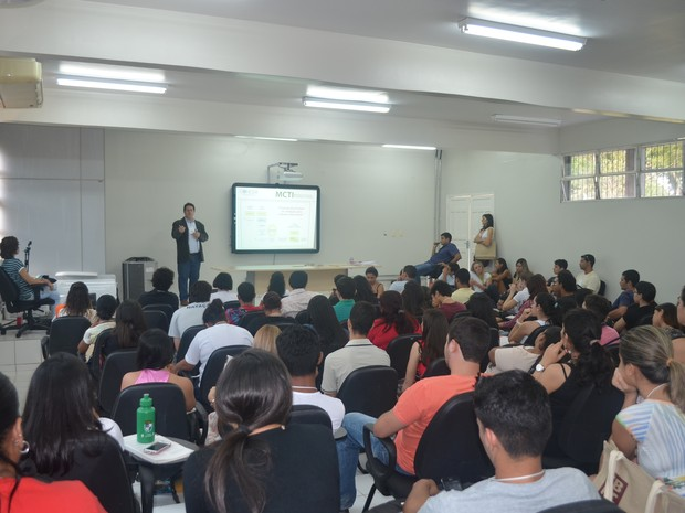Vários estudantes e pesquisadores compareceram na palestra (Foto: Veriana Ribeiro/G1)