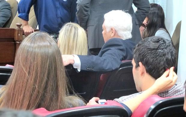 Deco ganha cafuné da esposa no julgamento (Foto: Rafael Cavalieri)