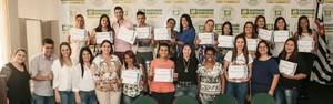 Prefeitura entrega certificados aos alunos dos cursos de Cabeleireiro e Designer de Sobrancelhas
