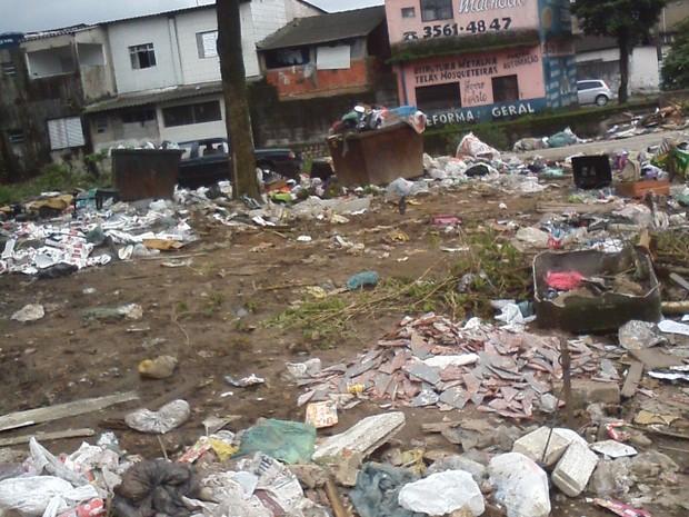 Terreno encontra-se cheio de lixo em São Vicente, no litoral de SP (Foto: Adriana das Graças/VC no G1)