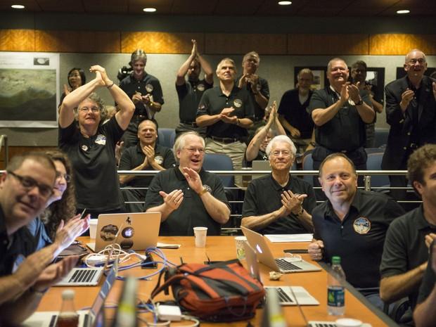 Cientistas vibram quando veem pela primeira vez a imagem mais aproximada de Plutão, coletada pela New Horizons na segunda, mas divulgada uma hora antes da aproximação da sonda (Foto: NASA/Bill Ingalls)