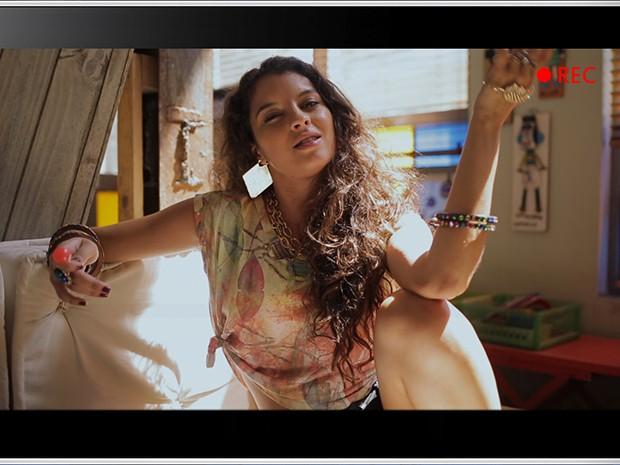 Luene Pirulito, no vídeo que enviou para Dorothy Benson, com a sua dúvida sobre comportamento (Foto: Parker TV)