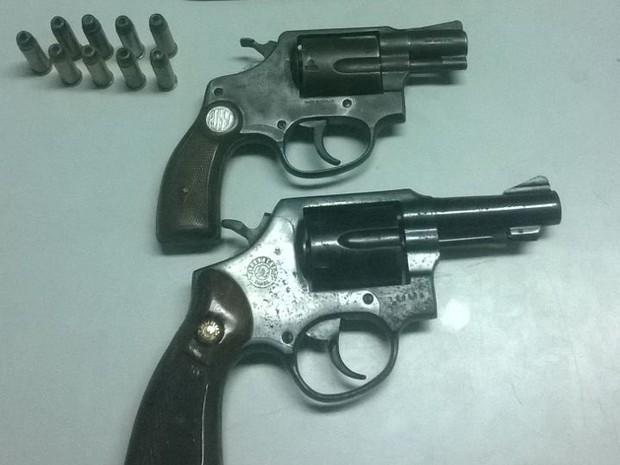 Armas e munições foram apreendidas com os supeitos (Foto: Divulgação/BPRv)