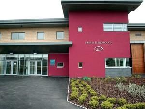 VÁ. E NÃO VOLTE Prisão de Peterborough, no Reino Unido, a primeira atendida por um programa bancado por fundo de investimento social. O programa pode ser estendido a outras penitenciárias (Foto: David Sillitoe/The Guardian)