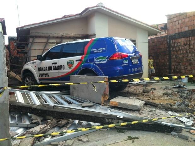 Viatura da Polícia invadiu casa no bairro Cidade Nova, Zona Norte de Manaus (Foto: Marcos Dantas/G1 AM)