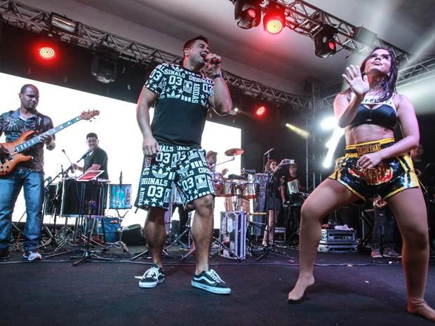 Xanddy e Anitta em show na Zona Sul do Rio (Foto: Marcello Sá Barretto/ Ag. News)