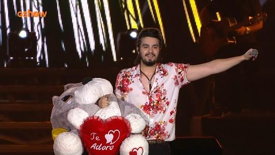 Com urso 'gigante' de presente, Luan leva romantismo ao último show do FV 2016