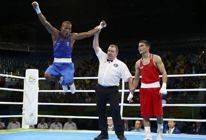 Boxeador Robson Conceição comemora muito a vitória sobre Hurshid Tojibaev (Foto: Peter Cziborra / Reuters)