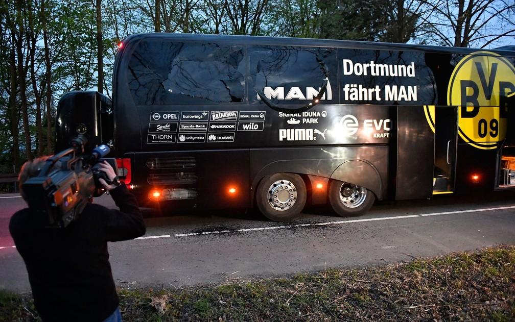 Ônibus do Borussia Dortmund danificado após explosão na terça-feira (11) (Foto: AP Photo/Martin Meissner)