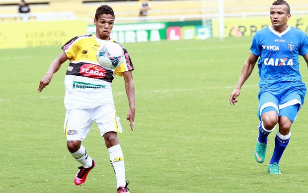 Atacante Fabinho e lateral Aélson no empate entre Criciúma e Avaí, no Heriberto Hülse (Foto: Fernando Ribeiro / Criciúma)