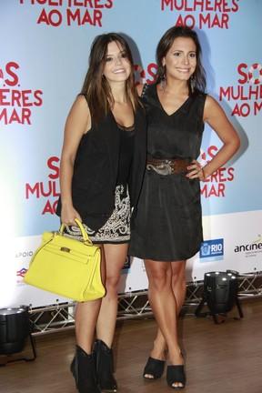 Giovanna Lancellotti e Juliana Knust em pré-estreia no Rio (Foto: Isac Luz / EGO)