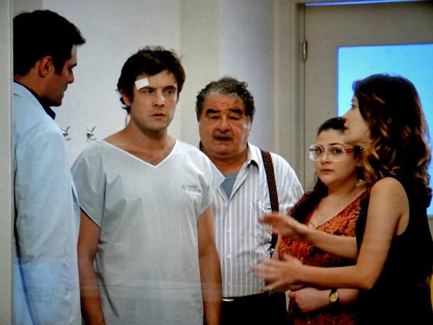 Caíque tenta fazer visita a Gustavo e é pressionado por Laura e Marcos (Foto: TV Globo)