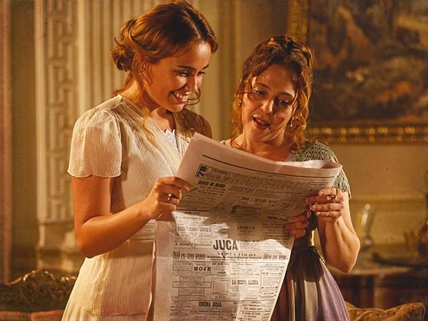 Alice fica feliz com as palavras de Jonas no jornal (Foto: Lado a Lado / TV Globo)