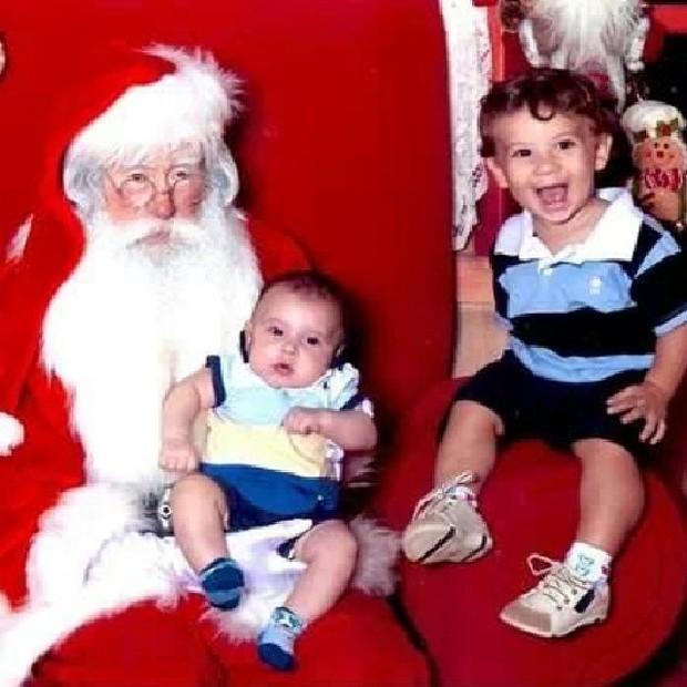 Filhos de Priscila Pires com Papai Noel (Foto: Instagram / Reprodução)