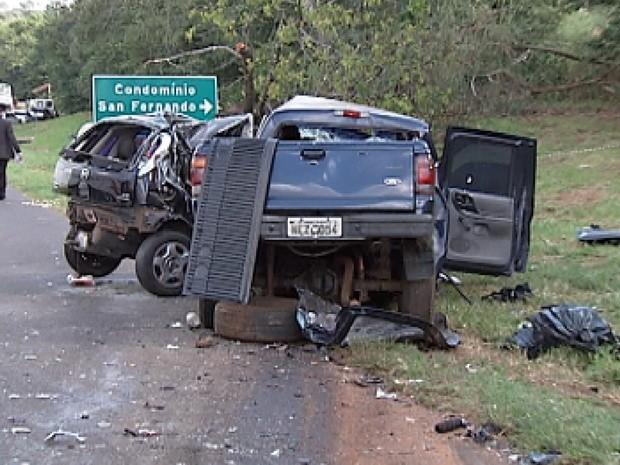 Carro e caminhonete se chocaram de frente na BR-153, próximo a Bady Bassitt (Foto: Reprodução / TV Tem)