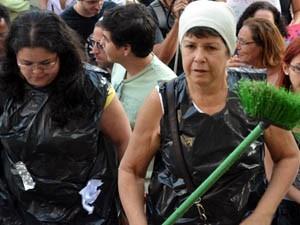 Manifestantes foram vestidas com sacos plásticos para pedir mudanças na gestão do lixo na cidade (Foto: Rodolfo Tiengo/ G1)