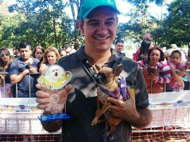 Nina, com menos de um quilo, foi a vencedora na categoria 'menor cão' (Foto: Renata Marconi/G1)