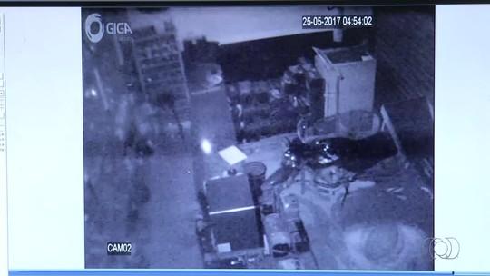 Criminosos quebram parede para invadir comércio e levam R$ 14 mil em produtos