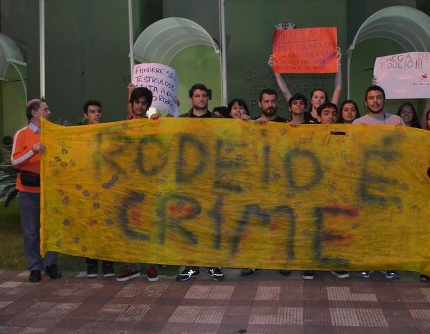 Manifestantes protestam contra a realização de rodeios em Piracicaba em frente à Câmara de Vereadores (Foto: Thomaz Fernandes/G1)